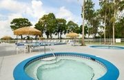 Billige Flüge nach Orlando, Florida & Howard Johnson Express Inn Suites Lake Front Park in Kissimmee