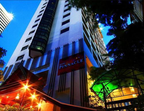 Lage: Das Hotel liegt in einer Seitenstraße der Rama IV, von hier aus sind die Geschäftszentren Sathorn und Silom gut zu erreichen. Die nächste ...