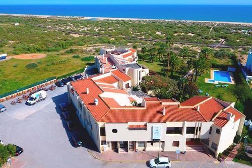 Das ruhig gelegene Hotel befindet sich nur ca. 200 m vom Sandstrand Praia da Lota entfernt. Das Ortszentrum erreichen Sie nach wenigen Gehminuten ...