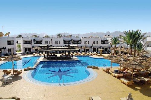 Das Hotel befindet sich auf dem Ras um el Sid-Plateau. Der Shuttlebus zum ca. 3 km entfernten Strand sowie zur Naama Bay ist inklusive. Das ...