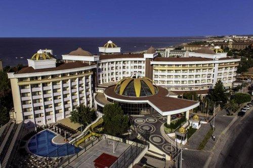 In der Ferienregion von Side-Kumköy ca. 200 m vom flach abfallenden, hoteleigenen Sandstrand gelegen. Einkaufsmöglichkeiten sind ca. 100 m ...