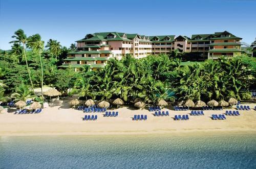 Direkt am flach abfallenden Natursandstrand. Ein Palmenhain spendet angenehmen Schatten. Bis zum Flughafen Punta Cana sind es ca. 150 km.  ...