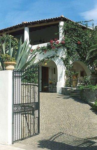 Villa Fiorentino: Diese ansprechende Residence im typischen Baustil der Liparischen Inseln empfängt Sie im Zentrum von Lipari, nur knapp 200 m ...