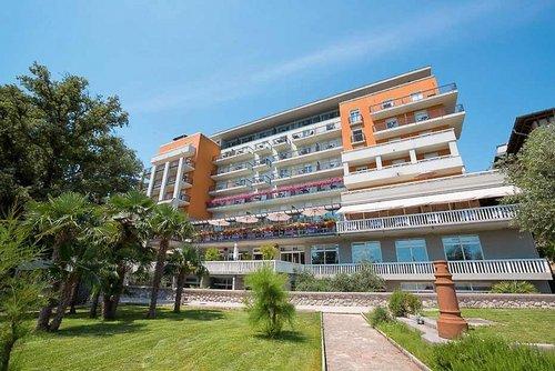 Hotel Camellia: In exklusiver Zentrumslage des malerischen Küstenortes, gleich oberhalb des Yachthafens mit Traumblick auf das Meer, erwartet Sie ...