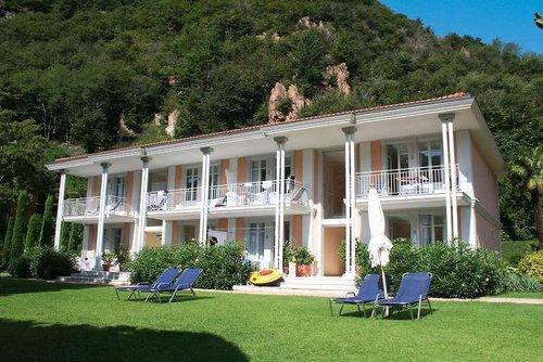 Villen und Appartements Lago Lugano: In herrlicher Lage direkt am privaten Strandabschnitt (mit eigener Bootsanlegestelle, Anlegeplatz gegen ...