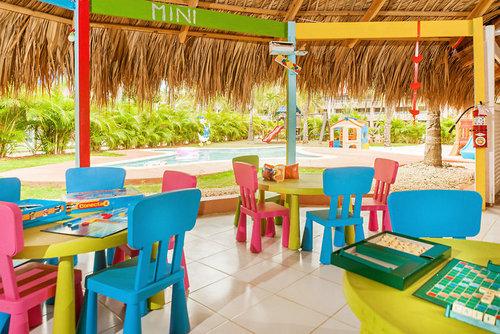 Direkt am Traumstrand von Bayahibe gelegen. Zum gleichnamigen Fischerdorf sind es ca. 4 km. Die Transferzeit vom Flughafen Punta Cana oder Santo ...