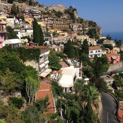 Ort Taormina  Entfernungen:  Flughafen Aeroporto Vincenzo Bellini- Catania ca. 70 km, Fahrzeit: ca. 1 Stunde (Die Transferzeit kann hiervon ...