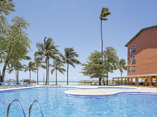 An einer ca. 2 km langen, durch ein Riff geschützten Bucht mit Sandstrand.  Ausstattung: Beliebtes Mittelklassehotel mit Pool, Sonnenterrasse, ...
