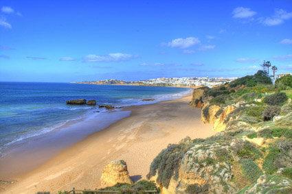 Direkt am kilometerlangen, feinsandigen Strand. Das Zentrum von Albufeira befindet sich in ca. 500 m. Entfernung.  Ausstattung: Hotelanlage, ...