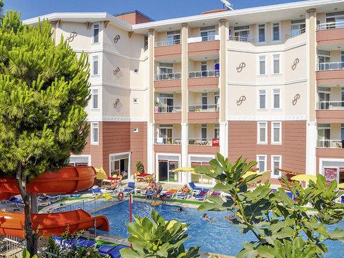 Zentral, vom langen Sandstrand ca. 700 m entfernt.  Ausstattung: Gutes Mittelklassehotel. Swimmingpool, Sonnenterrasse (wetterabhängig) ...