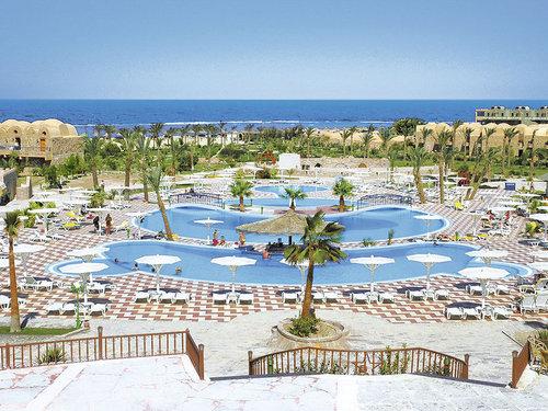 Direkt am langen, flach abfallenden, hoteleigenen Sandstrand mit hauseigenem Riff.  Ausstattung: Großzügige Ferienanlage mit Haupthaus und ...