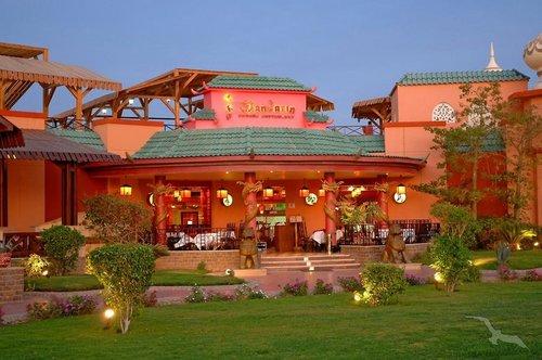 Nur durch eine Straße von derweitläufigen Gartenanlage des Schwesterhotels Beach Albatros Resort getrennt, wo den Gästen ein ...