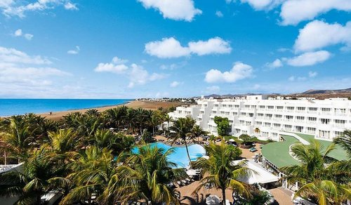 Hipotels Hotel La Geria: In der ersten Strandreihe mit direktem Zugang zur Promenade liegt dieses empfehlenswerte Hotel. Die 242 Zimmer mit Blick ...