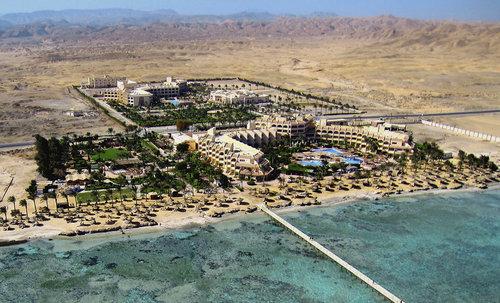 Ort El Quseir Lage & Umgebung Direkt am privaten, stufenweise abfallenden Korallenstrand, der in das Hausriff übergeht. Ein ca. 200 m langer Steg ...