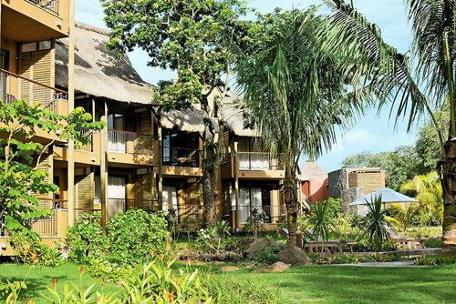 Lage: Das Hotel befindet sich an der Westküste von Mauritius. Es liegt ca. 6 km bzw. 10 Autominuten von dem Dorf Tamarin entfernt, wo die Gäste ...