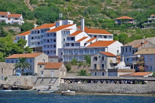 Infos - kurz und knapp: Das Hotel liegt an einem Hang umgeben von Pinien und mediterraner Vegetation, etwa fünf Gehminuten vom malerischen ...