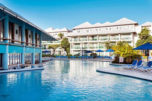 Lage: Die gepflegte Ferienanlage ist umgeben von einer üppigen, tropischen Gartenanlage und liegt direkt am Sandstrand der Playa Dorada. In der ...