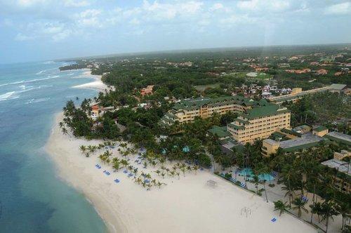 Lage: Das Hotel im Ortsteil Juan Dolio, befindet sich unmittelbar am flach abfallenden feinsandigen Sandstrand mit vorgelagerten Korallenriffen ...