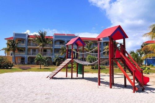 Lage: Das Hotel liegt direkt am kilometerlangen, flach abfallenden, feinsandigen Strand von Varadero. Das Ortszentrum ist etwa 13km entfernt ...